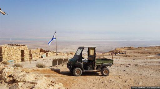военный джип в пустыне и флаг Израиля
